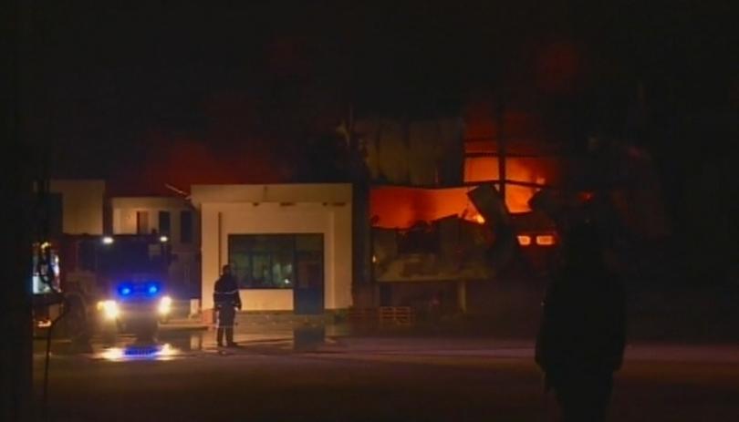 Снимка: След пожара във Войводиново: Огнеборци продължават да дежурят в цеха за месо