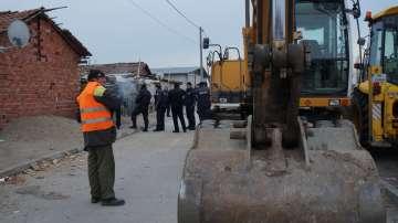 Протестите и събарянето на незаконните постройки във Войводиново продължават