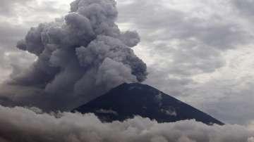 Евакуираха 100 000 души в радиус от 10 км от вулкана Агунг