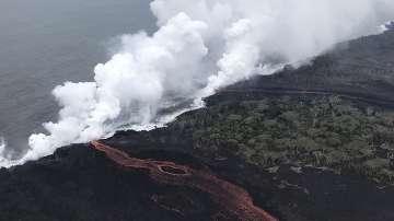 Лава от вулкана Килауеа продължава да се излива в Тихия океан