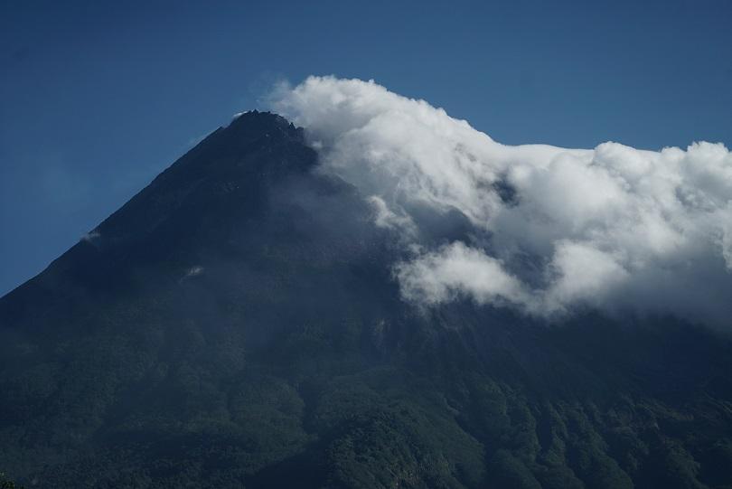 снимка 1 Лава от вулкана Килауеа продължава да се излива в Тихия океан