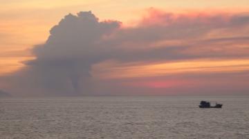 Вулканът Анак Кракатау в Индонезия се активизира