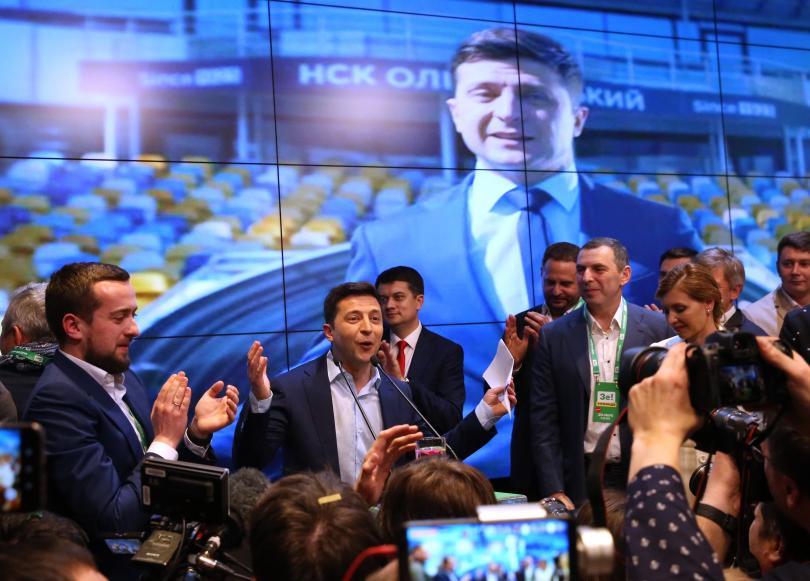 Комикът Володимир Зеленски печели убедителна победа на президентските избори в