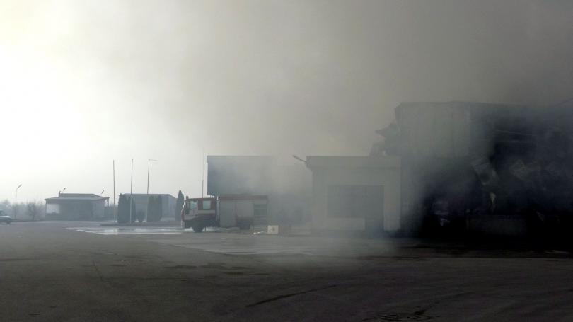 Очаква се днес полицаи и пожарникари да влязат в изгорелия