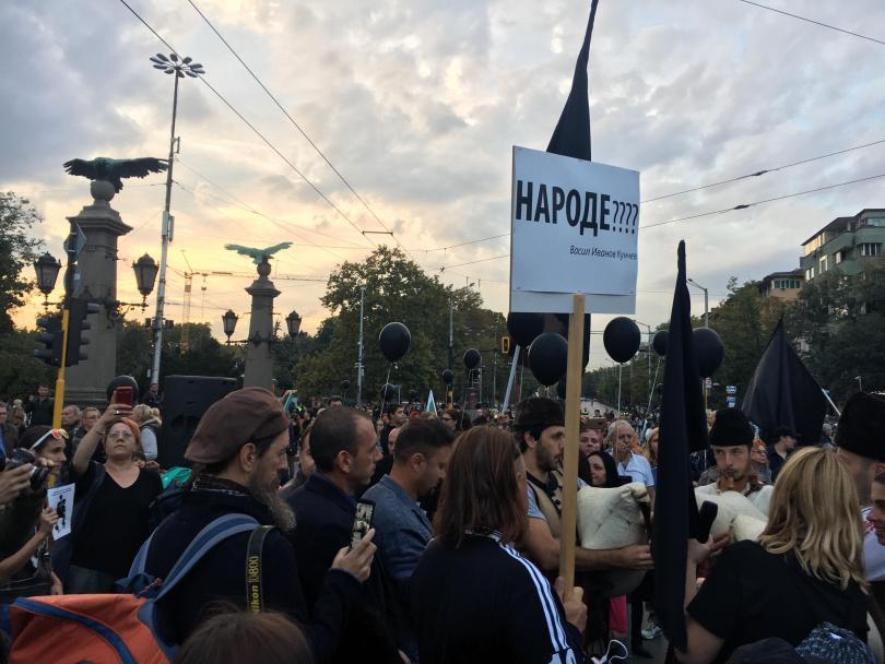 """снимка 1 Протестът на майките на деца с увреждания блокира движението по """"Орлов мост"""""""