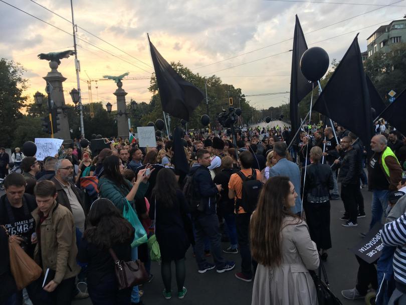 """снимка 2 Протестът на майките на деца с увреждания блокира движението по """"Орлов мост"""""""