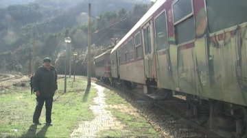 Абсурдни перони на жп линията през Искърското дефиле са опасни за живота
