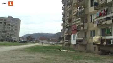 14-годишно момче скочи от четвъртия етаж на блок в Роман
