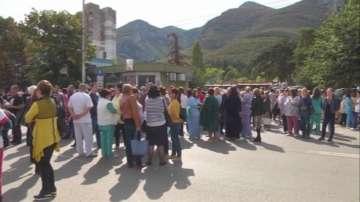 Лекари и граждани протестираха отново във Враца
