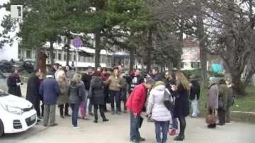 Жители на Враца излязоха на протест в защита на местната болница