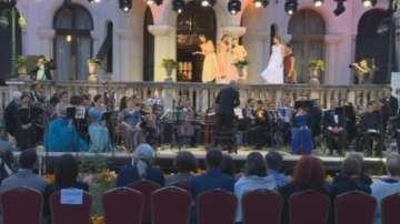 Кралицата на феите омагьоса публиката в двореца Врана