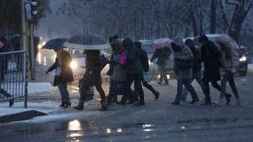 Снегът усложни обстановката по пътищата в страната