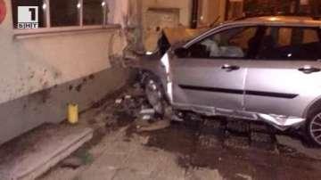 Кола се вряза в къща в Габрово, шофьорът е загинал