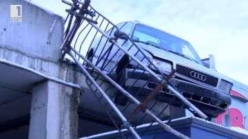 Автомобил падна върху павилион във Велико Търново (ВИДЕО)