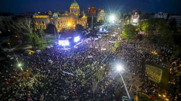 Хиляди привърженици на Александър Вучич се събраха тази нощ в Белград