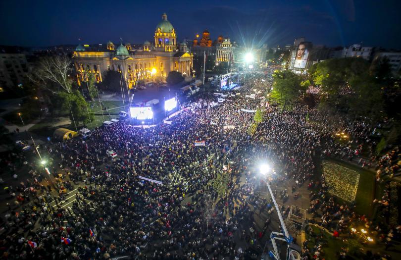 Хиляди привърженици на Александър Вучич се събраха тази нощ в