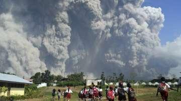 Изригването на вулкана Синабунг отнесе голяма част от върха му