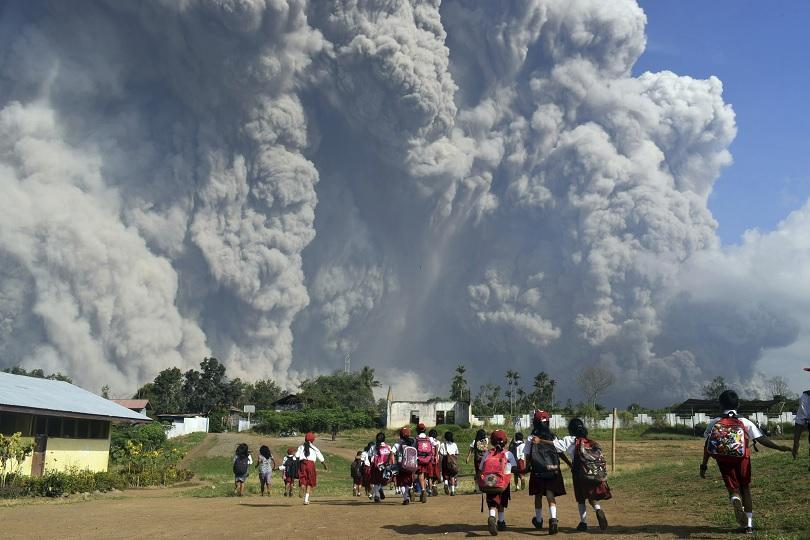 Изригването на вулкана Синабунг в Индонезия отнесе голяма част от