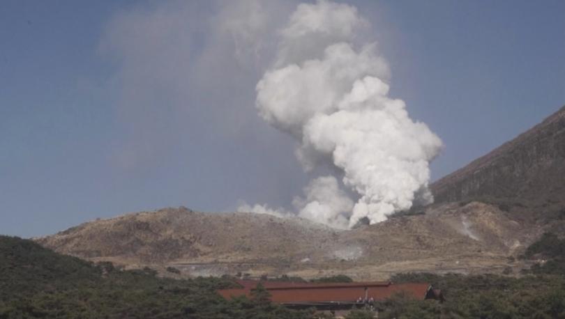 Вулканът Йо Яма изригна днес в Япония и принуди властите