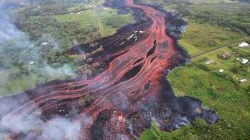 Лава от вулкана Килауеа продължава да се спуска зрелищно към Тихия океан