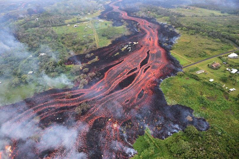 лава вулкана килауеа продължава спуска зрелищно тихия океан