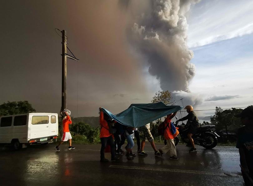 Вулкан изригна във Филипините