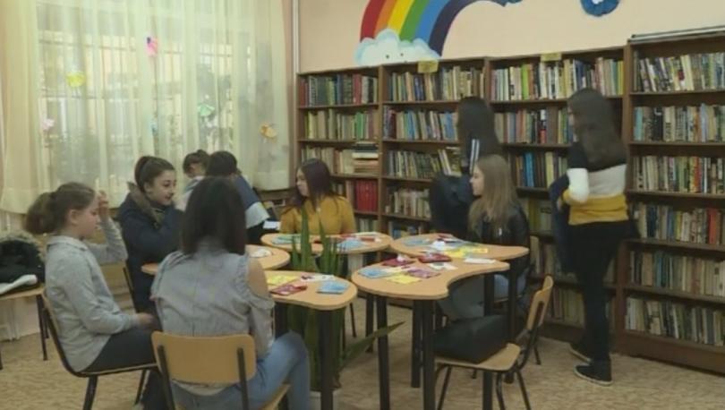 Снимка: Ученици от Вълчи дол помагат на възрастни хора