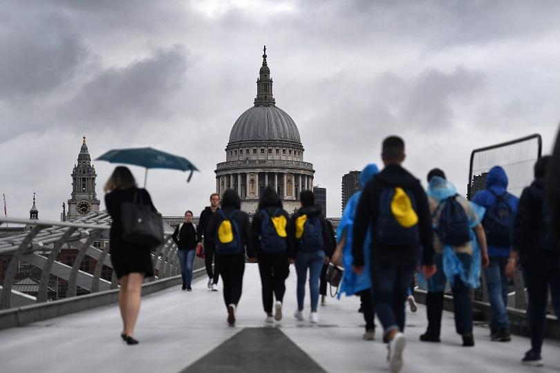 Проливни дъждове и бурни ветрове създадоха транспортен хаос във Великобритания