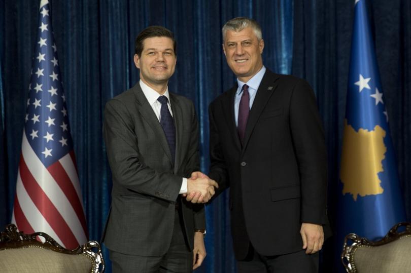 Арън Уес Мичъл (ляво) и президентът на Косово Хачим Тачи