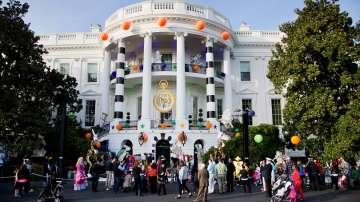 Барак и Мишел Обама раздадоха лакомства за Хелоуин