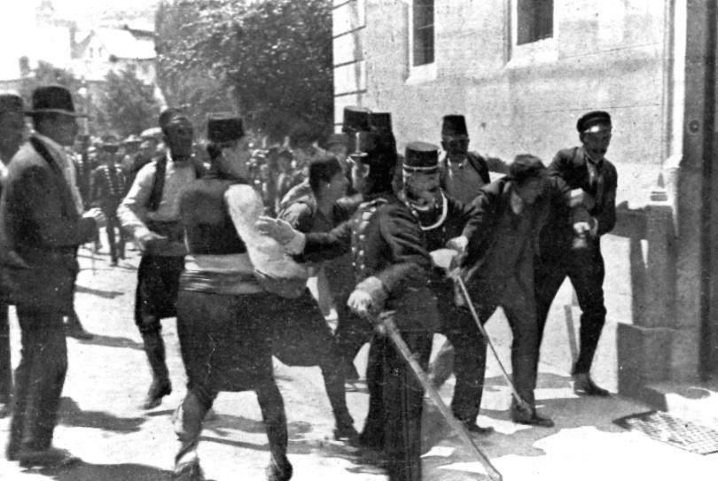 Полицията преследва заподозрян в убийството на ерцхерцог Фердинанд в Сараево, Югославия. Убиецът се оказва сърбинът Гаврило Принцип.