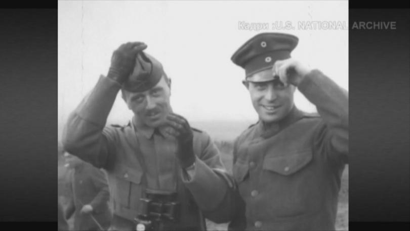 Врагове до преди минути, след подписването на примирието американски и германски войници разменят фуражките си.