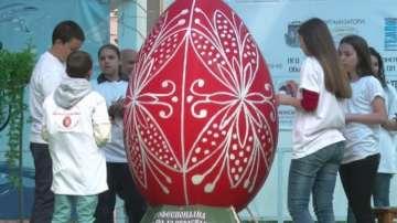 Ученици изработиха гигантско великденско яйце