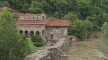 """Река Янтра излезе от коритото си, наводни двора на църквата """"Св. 40 мъченици"""