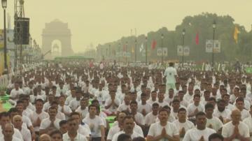 Хиляди индийци отбелязаха международния ден на йогата