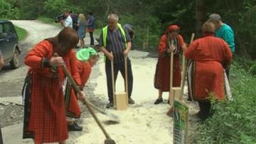 Жители на Забърдо сами запълват дупките по пътя за Чудните мостове