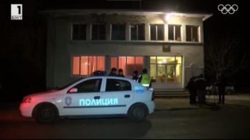 Задържаха мъжа, който стреля по служители на реда и се барикадира в дома си