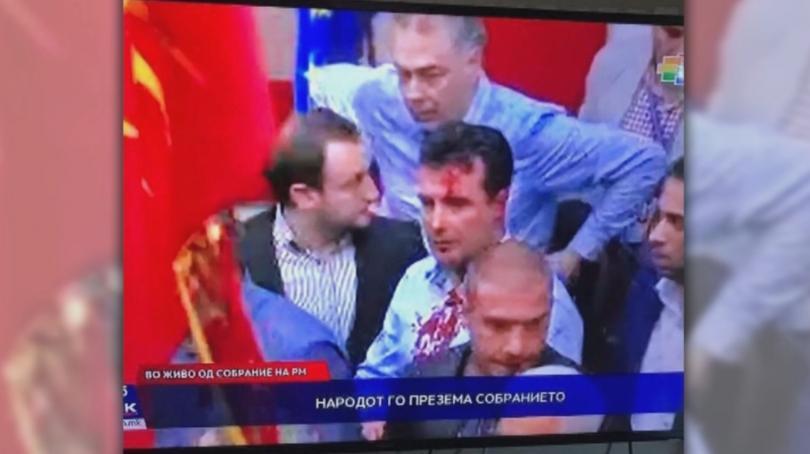 снимка 1 Сблъсъци в парламента в Скопие, Зоран Заев и няколко депутати са леко ранени