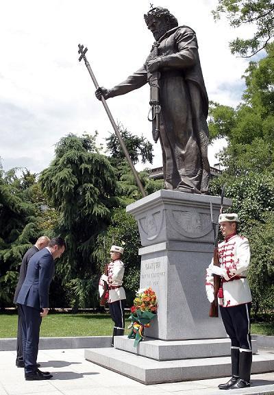 Зоран Заев и Бойко Борисов пред паметника на цал Самуил в София / БТА