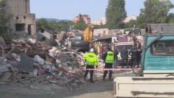 Започна събарянето на незаконни постройки в кв. Захарна фабрика