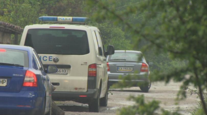 Костенец и близките населени места остават под полицейска брокада. На
