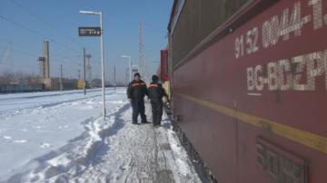 Три часа пътуващи за Бургас стояха на тъмно и студено заради авария на локомотив