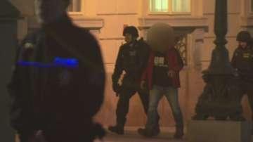Заловиха похитителя, който взе заложници след опит да ограби банка в Чехия