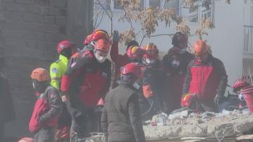 Близо 30 души загинаха и над 1000 са ранени след земетресението в Турция