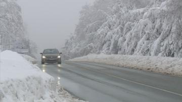Мъгла и снеговалеж ограничават движението по пътищата