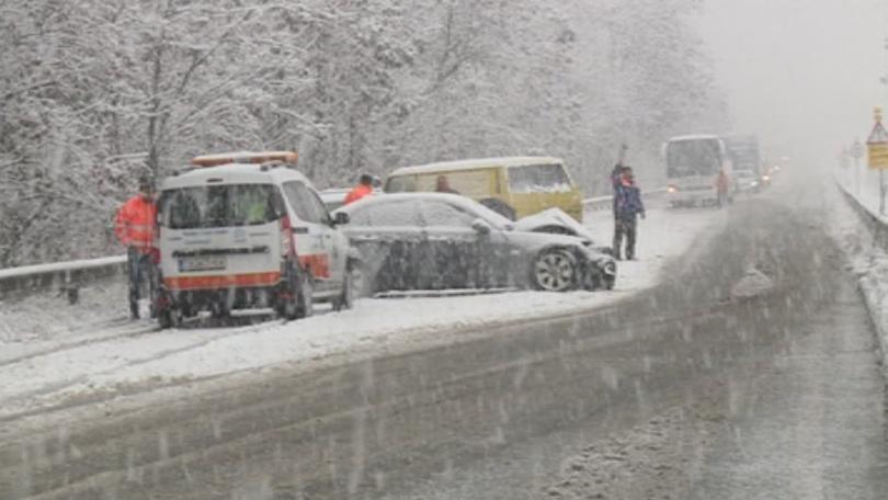 Падналият сняг затрудни тази сутрин движението в благоевградско. В района