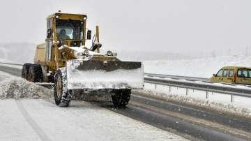 АПИ: 440 машини обработват пътните настилки, шофьорите да карат внимателно