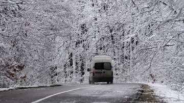 Над 600 машини почистват републиканските пътища в районите със снеговалеж