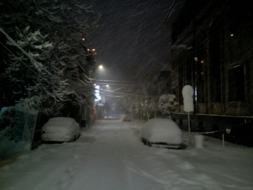 На много места има снегонавявания. В момента продължава да вали,
