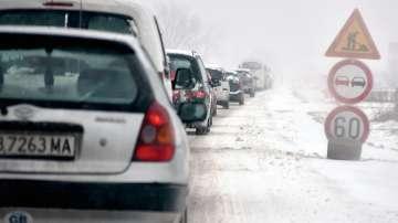 Шофиране в зимни условия: как да караме на заснежени и заледени участъци?